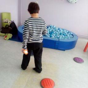 Jouer à la ludothèque de Villeneuves les Salines pour Tom, 9 ans, (autisme)
